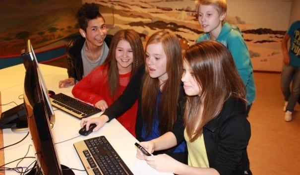 Ungdomar kollar på datorn