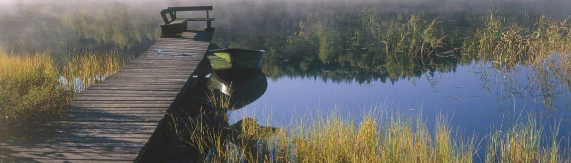 Foto på en båt som ligger vid en brygga