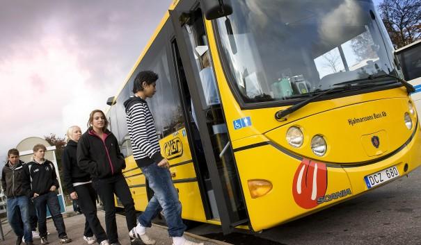 Skolelever stiger på buss