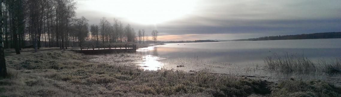 Gnistrande kall novemberdag vid sjön Hulingen