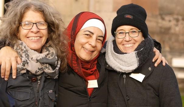 tre kvinnor som håller om varandra