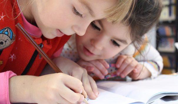 barn målar i målarbok
