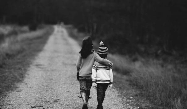 barn som håller om varandra