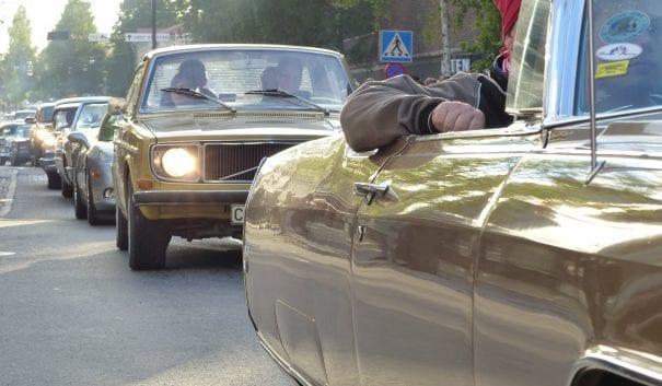 Bild på bilar som står i bilkö.