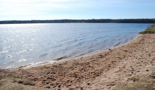 Bild på strand och sjö.