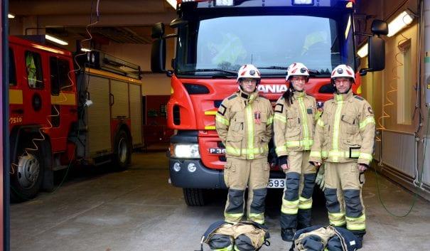 Brandmän framför brandbil