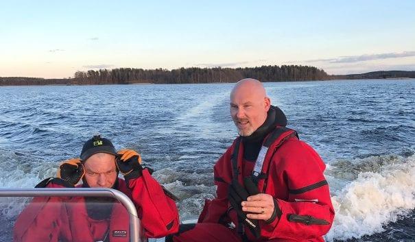 två brandmän i båt