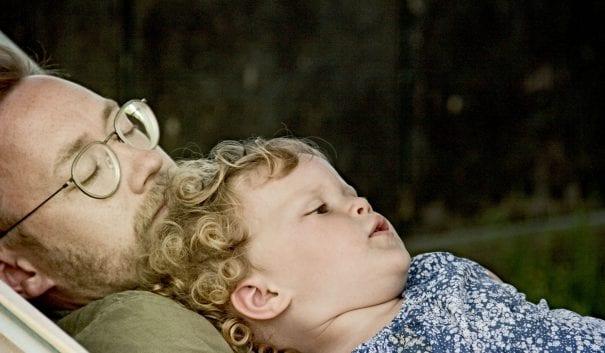 förälder med ett barn i sin famn