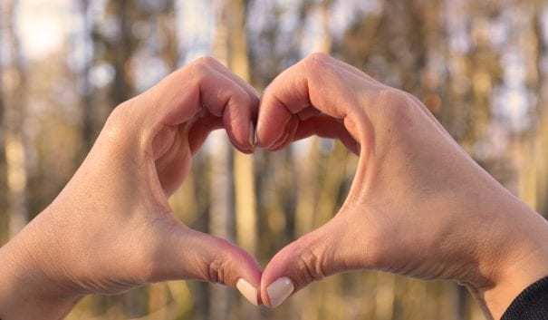 Hjärta format av händer