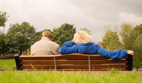 pensionärer på bänk