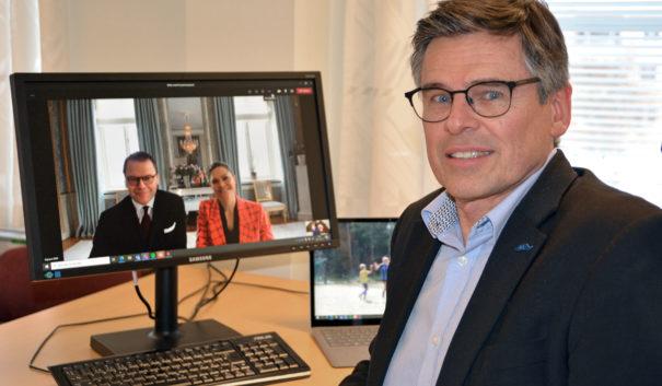 Lars Rosander framför en datorskärm med Prins Daniel och Kronprinsessan Victoria