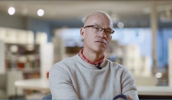 Trygghetsstrateg Linus Ivarsson i biblioteksmiljö.