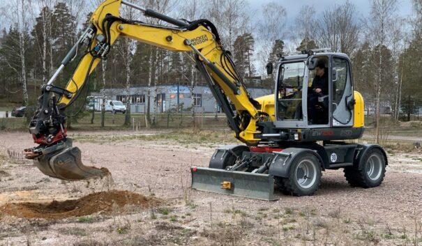 Kommunalråd Lars Rosander sitter i en grävmaskin på Kvarteret Batteriet